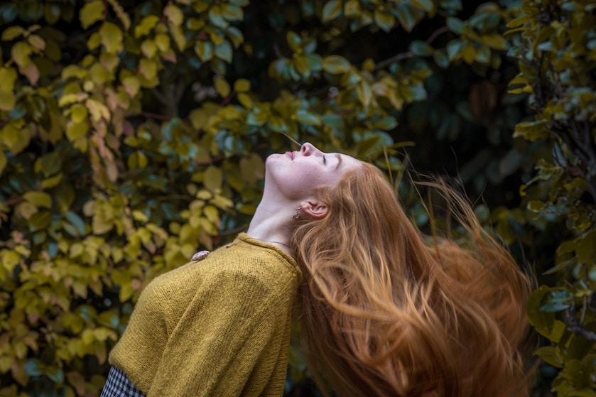 Hoe het komt dat je meer last hebt van haaruitval in de herfst