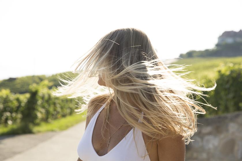 Feit of fabel: kan je haar écht sneller gaan groeien door de zon?