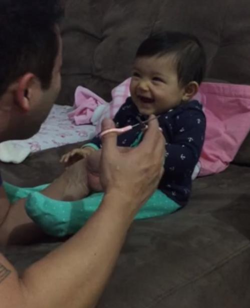 Baby vindt nagels knippen hilarisch