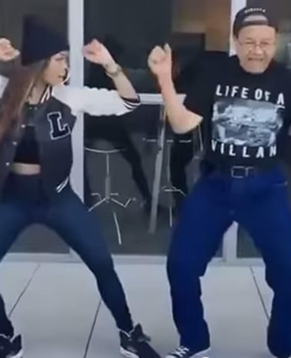 Vader en dochter maken grappige filmpjes