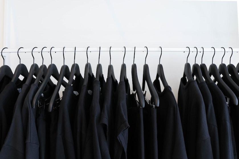 Zwarte kleding vaal geworden? Dít zijn de beste hacks om de items weer mooi te krijgen