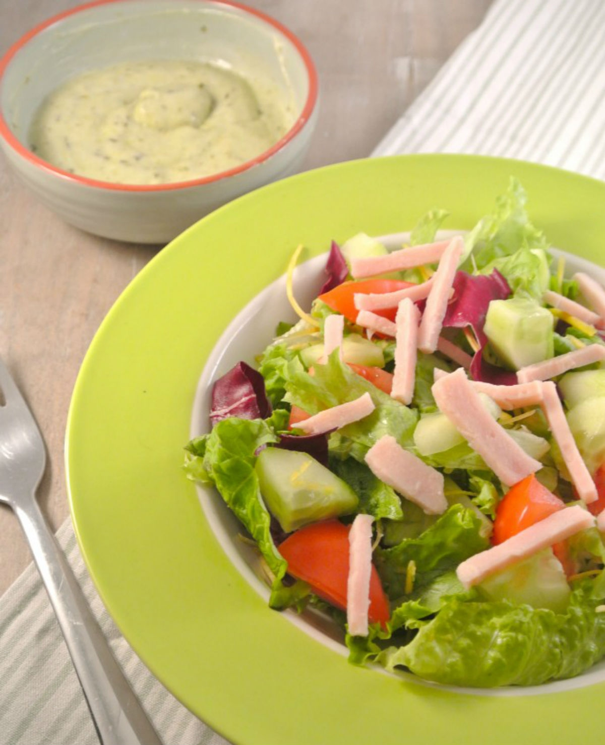 Salade met pesto en yoghurtdressing