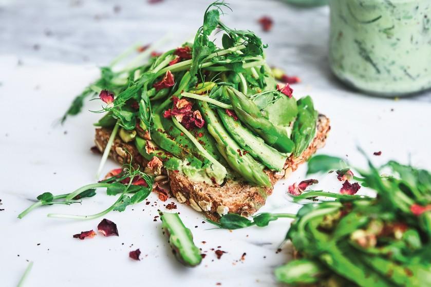 Zalig recept: sandwich met (wilde) asperges, avocado en groene mayonaise