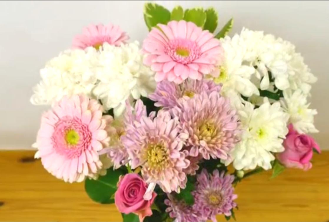 Kijk, zó krijg je dus een prachtig mooie vaas met bloemen