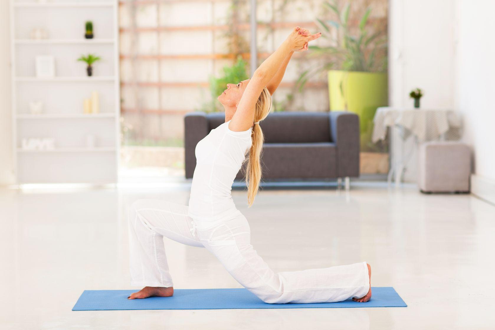 Voor deze yoga-oefeningen hoef je de deur niet uit