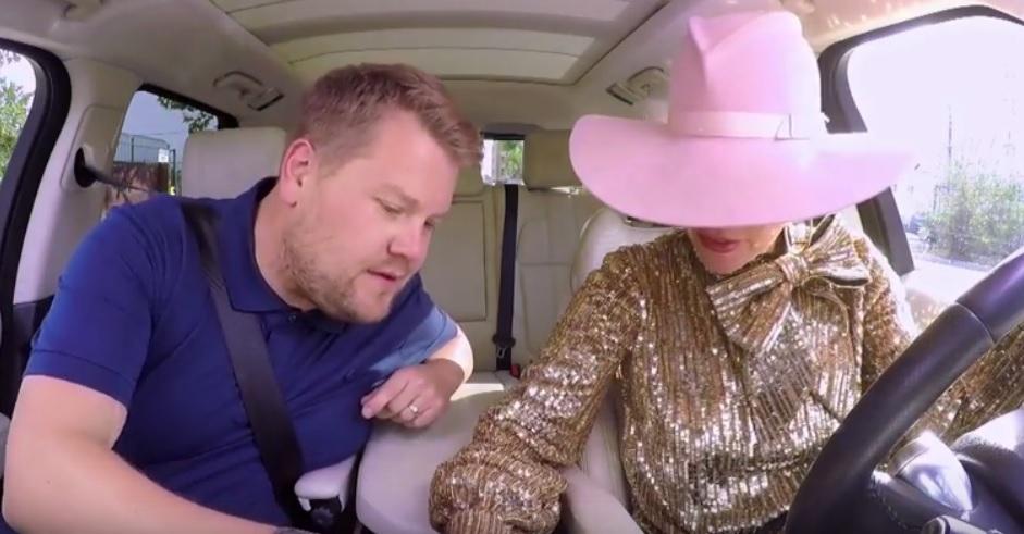 YES!! Lady Gaga en James Corden maken het bont in 'Carpool Karaoke'