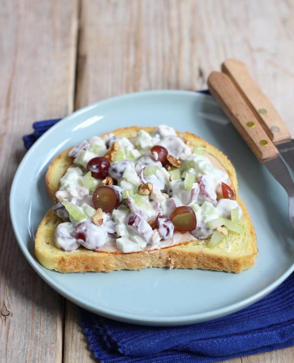 Frisse salade met Griekse yoghurt, druiven en selderij