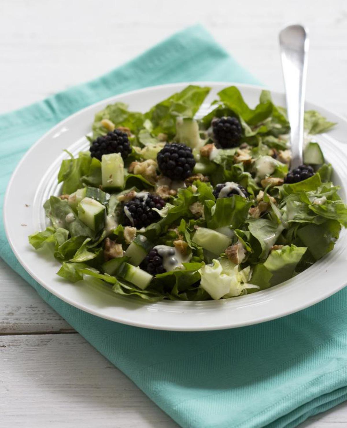 Zomerse salade met andijvie, bramen en walnoten