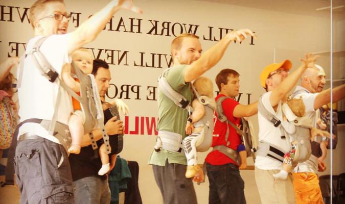 SCHATTIG: deze jonge papa's volgen dansles met hun baby