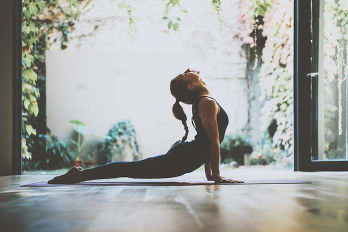 Een gouden combi: je favoriete series bingewatchen en yoga