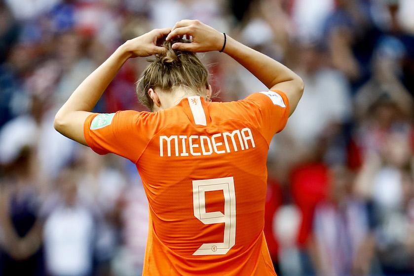 Oranjeheldin Vivianne Miedema breekt na doelpunt tegen Rusland om overleden opa