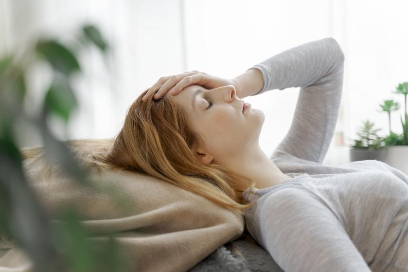 Dít is waarom je vaak last hebt van hoofdpijn tijdens je menstruatie