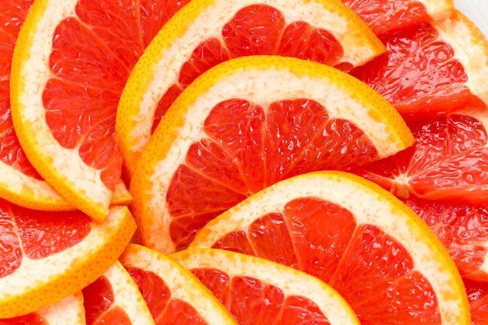 Het bad schoonmaken met een grapefruit