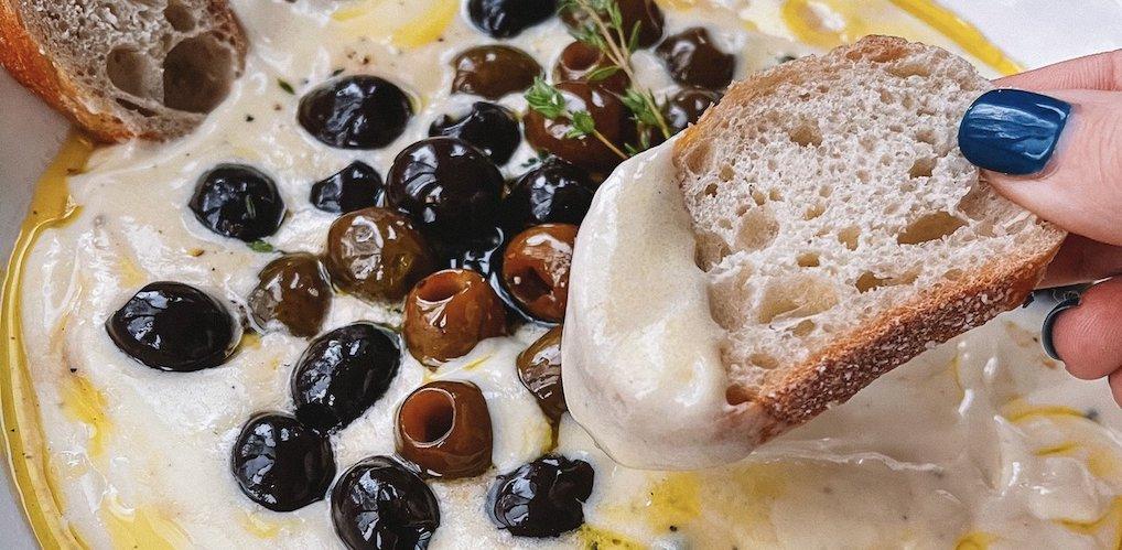 Geef je borrelplank een upgrade met dit viral recept voor whipped feta spread