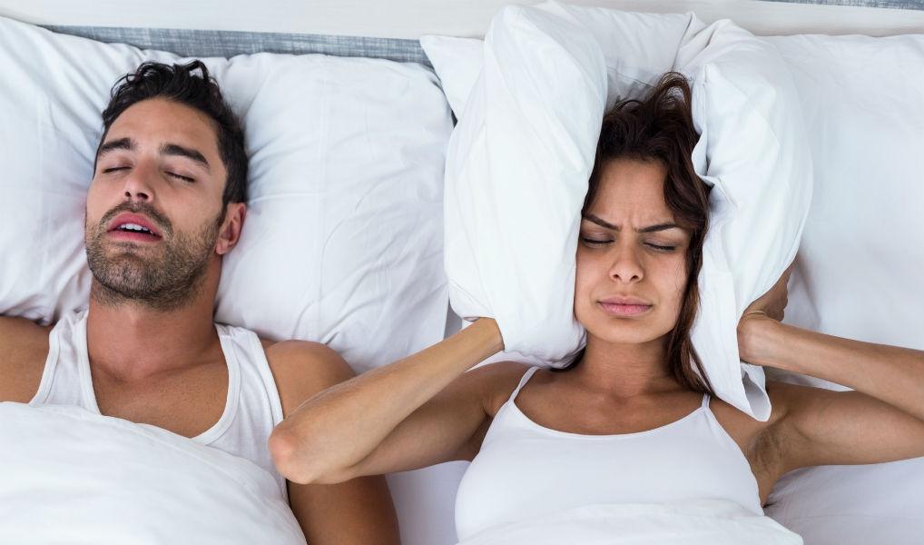 Snurkende partner? Dit kun je doen om het te stoppen