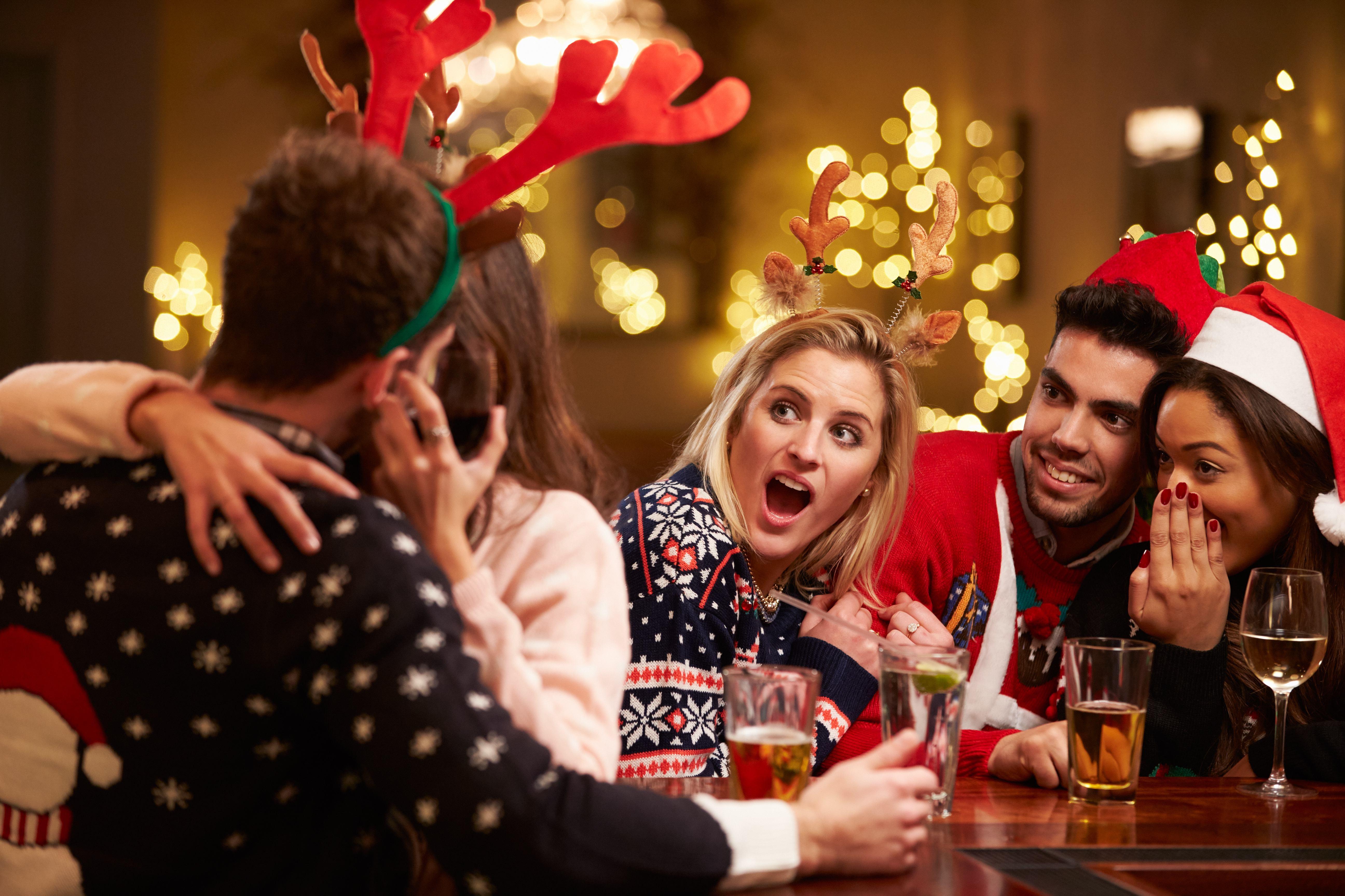 Oei! Mensen met dít beroep gaan het vaakst vreemd tijdens de kerstborrel