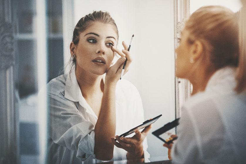 Met deze beautyhack zijn je make-up kwasten binnen enkele seconden weer zo goed als nieuw