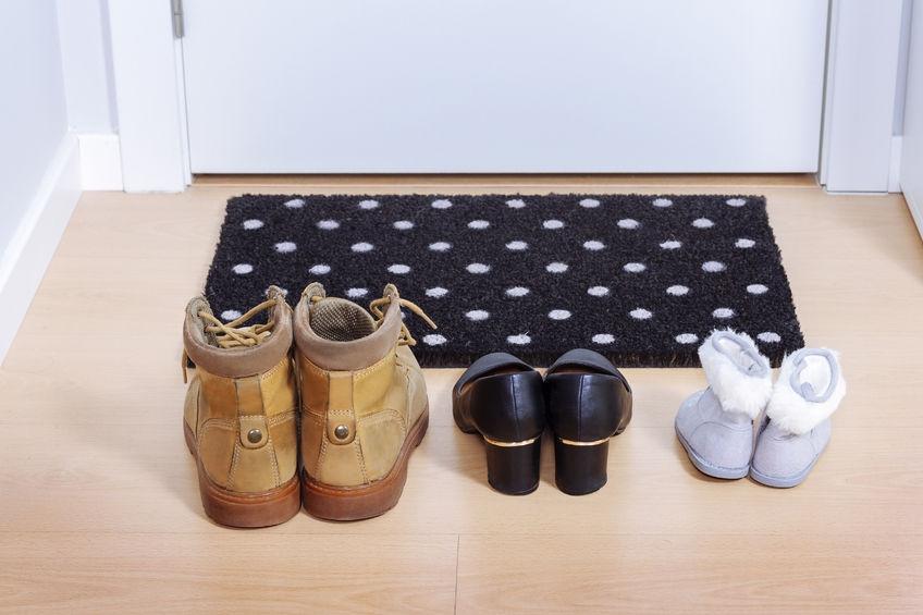 Waarom je thuis je schoenen uit moet trekken