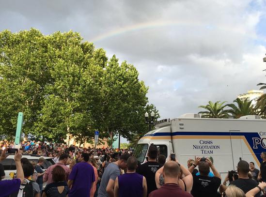 Bijzonder: gigantische regenboog verschijnt tijdens herdenkingsdienst Orlando