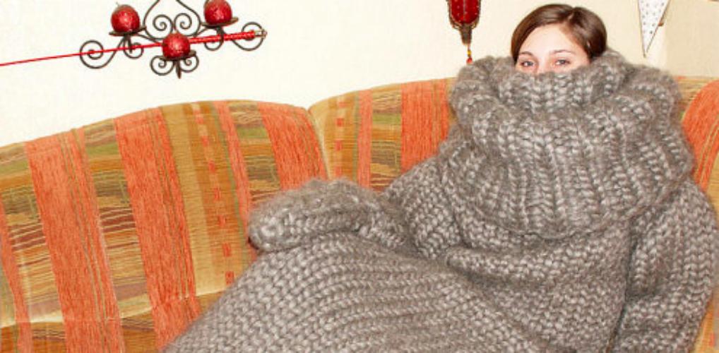 Door deze gigantische slaapzak/coltrui ben je volledig onder de wol