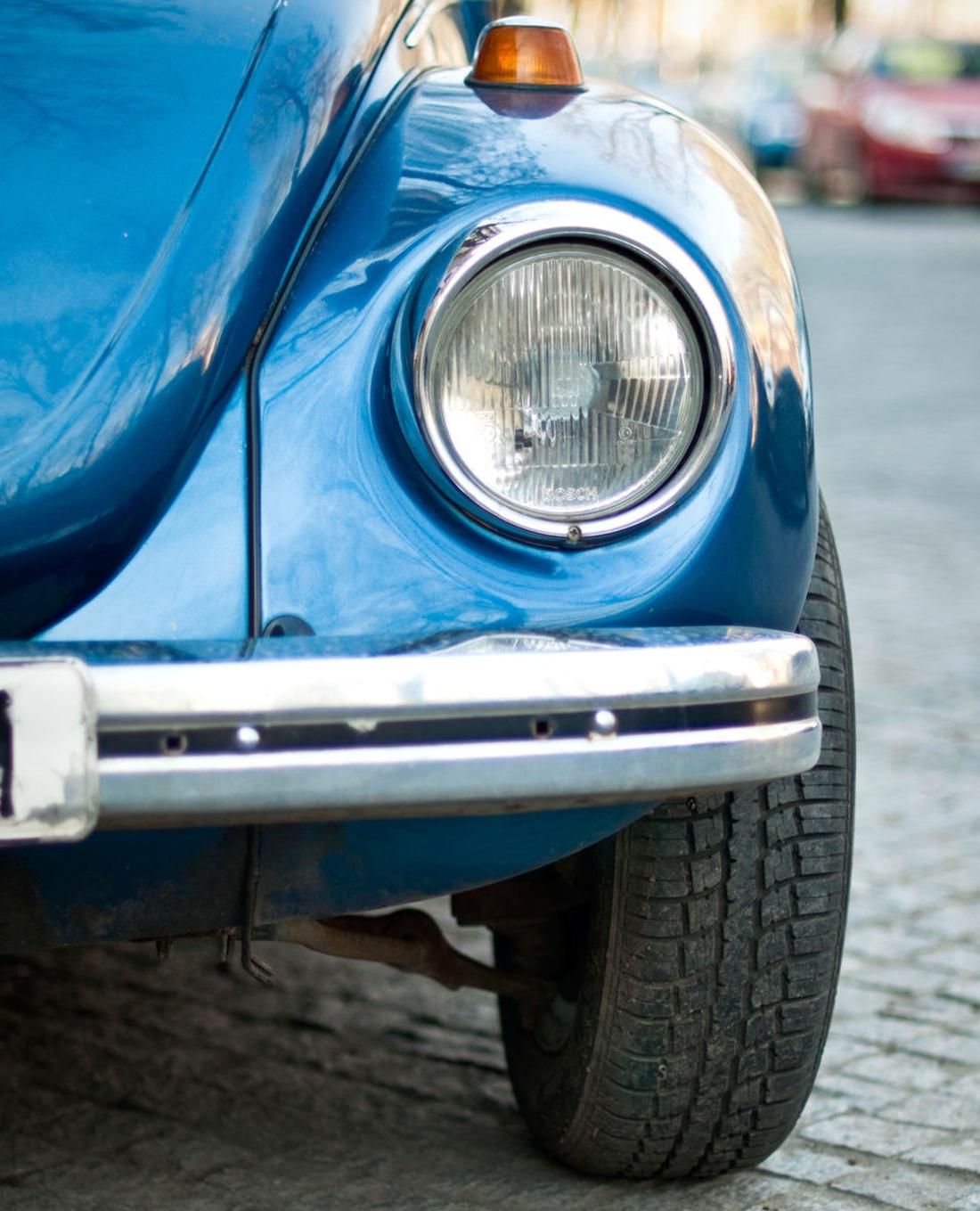 Smeer tandpasta op de koplampen van je auto
