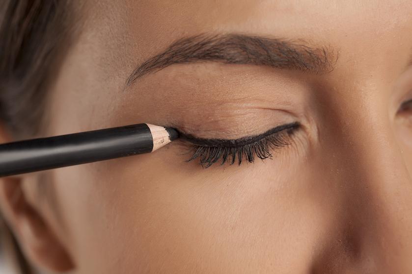 Dankzij dit bizarre trucje zit jouw eyeliner gegarandeerd goed
