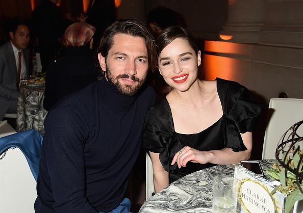 Video: Emilia Clarke heeft een oogje op Michiel Huisman