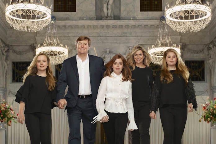 De nieuwe, officiële foto's van het koningspaar en de prinsesjes zijn ge-wel-dig