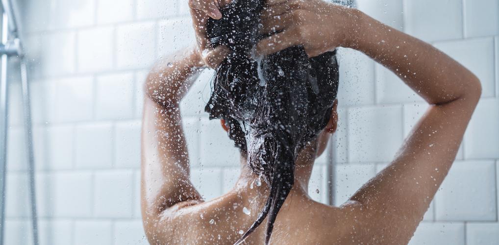 Het is blijkbaar mogelijk: nóóit meer je haren met shampoo wassen