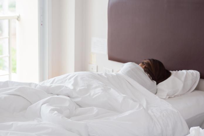 Waarom je beter niet met nat haar in bed kunt kruipen
