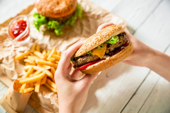 Zo heftig reageert je lichaam op junkfood