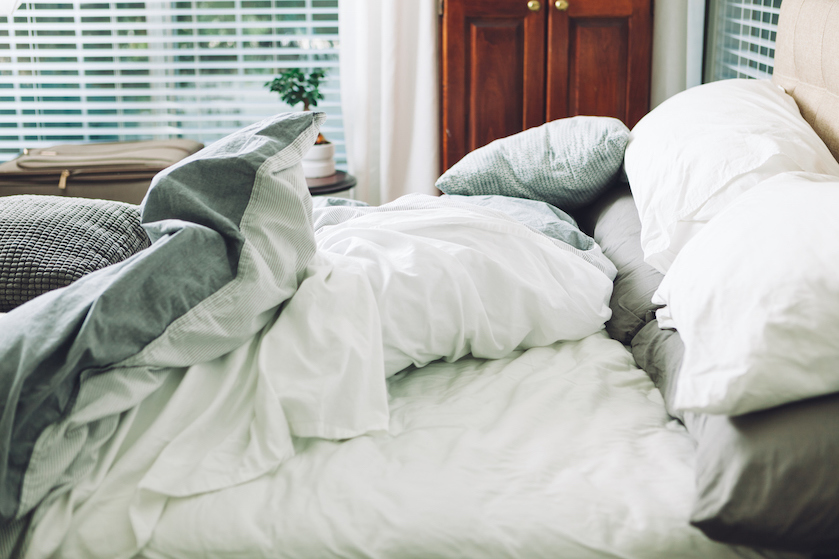 Waarom je je bed beter onopgemaakt achter kunt laten 's ochtends