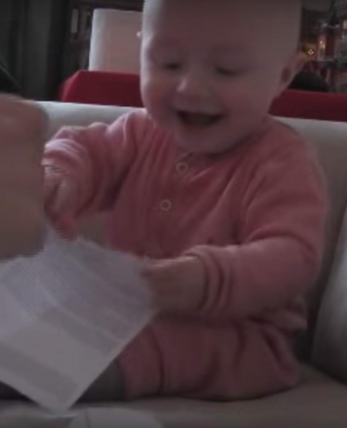 Baby lacht uitzinnig als papa zijn afwijzingsbrief verscheurt
