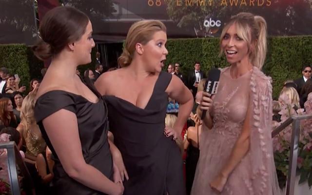 ZIEN: Amy Schumer geeft (h)eerlijk antwoord op de rode loper van de Emmy's