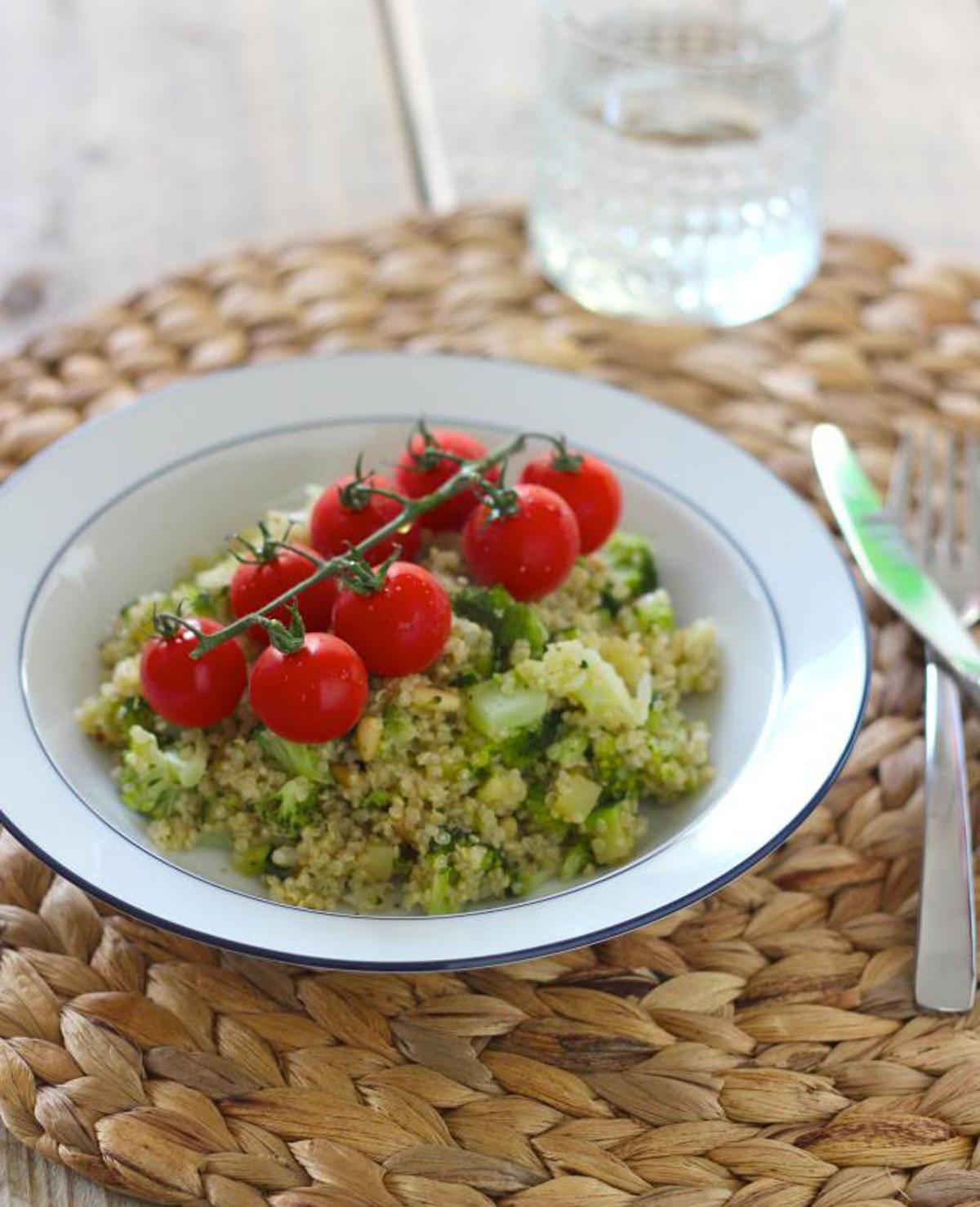Quinoa salade met broccoli, courgette en cherrytomaatjes