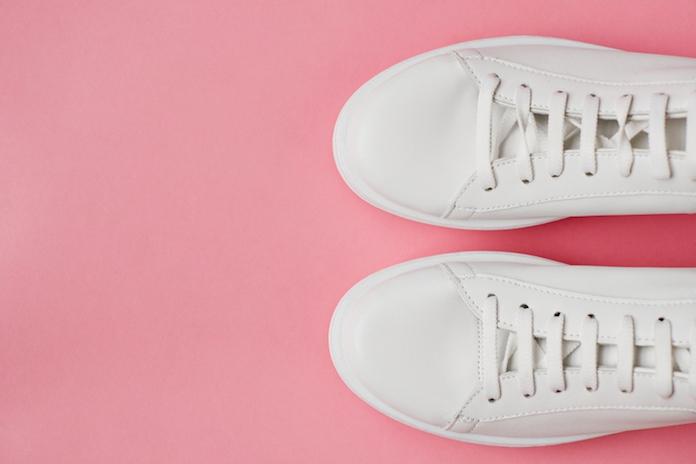 Lifehack: dankzij deze truc zijn je witte sneakers weer als nieuw