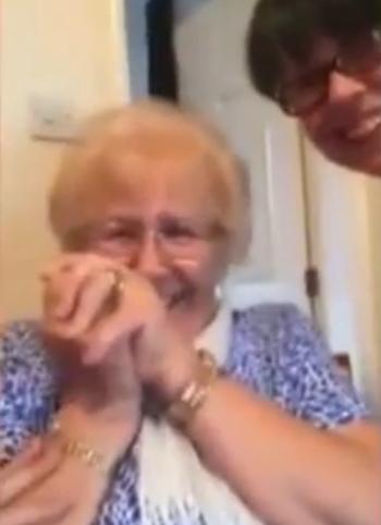 Hilarisch: oma probeert faceswap uit