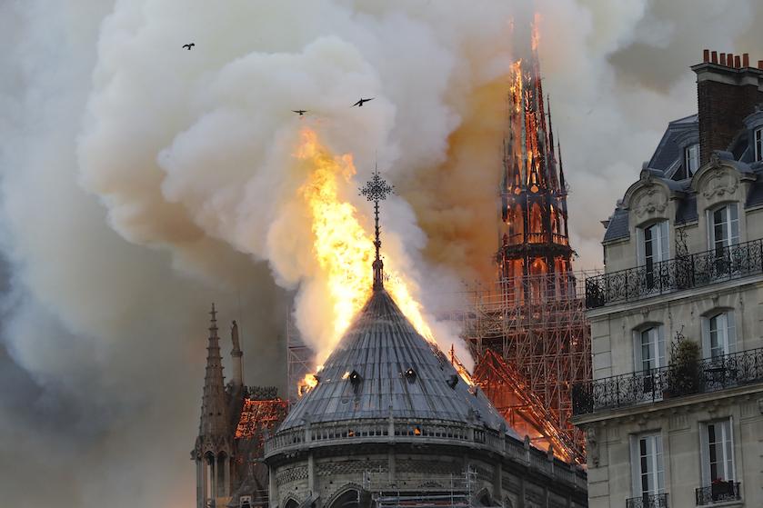 Sterren geschokt door verwoeste Notre-Dame (en tv-kok Rudolph maakt giga blunder)