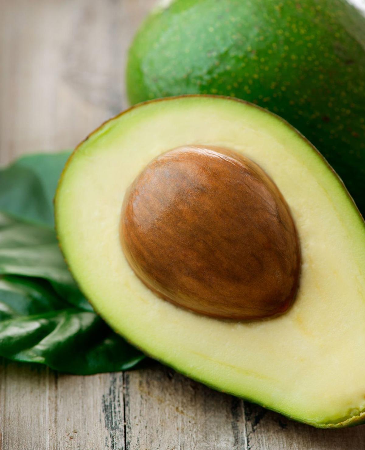 De pit van een avocado weggooien? Opeten!