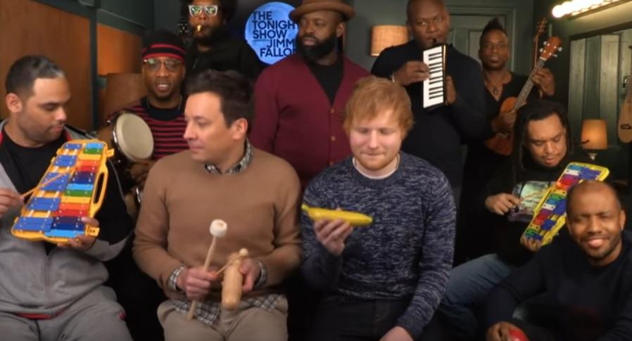 ZIEN: Ed Sheeran en Jimmy Fallon coveren 'Shape of You' met instrumenten voor kinderen