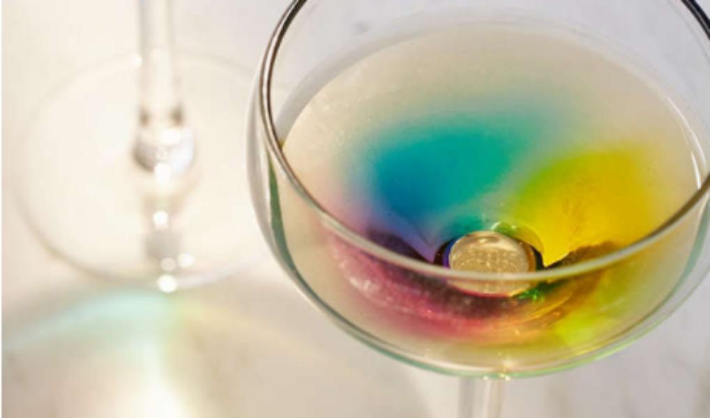 In deze regenboogglazen ziet elk drankje er goed uit!