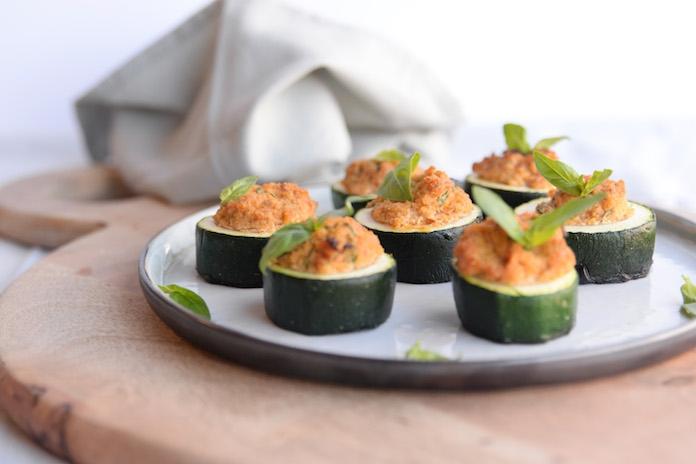 Recept: gevulde courgette met tomaat-amandelpesto en ricotta