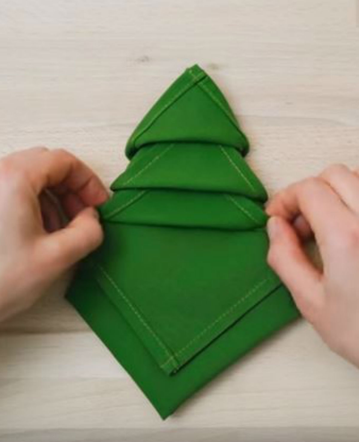 Zo vouw je van een servet een kerstboom