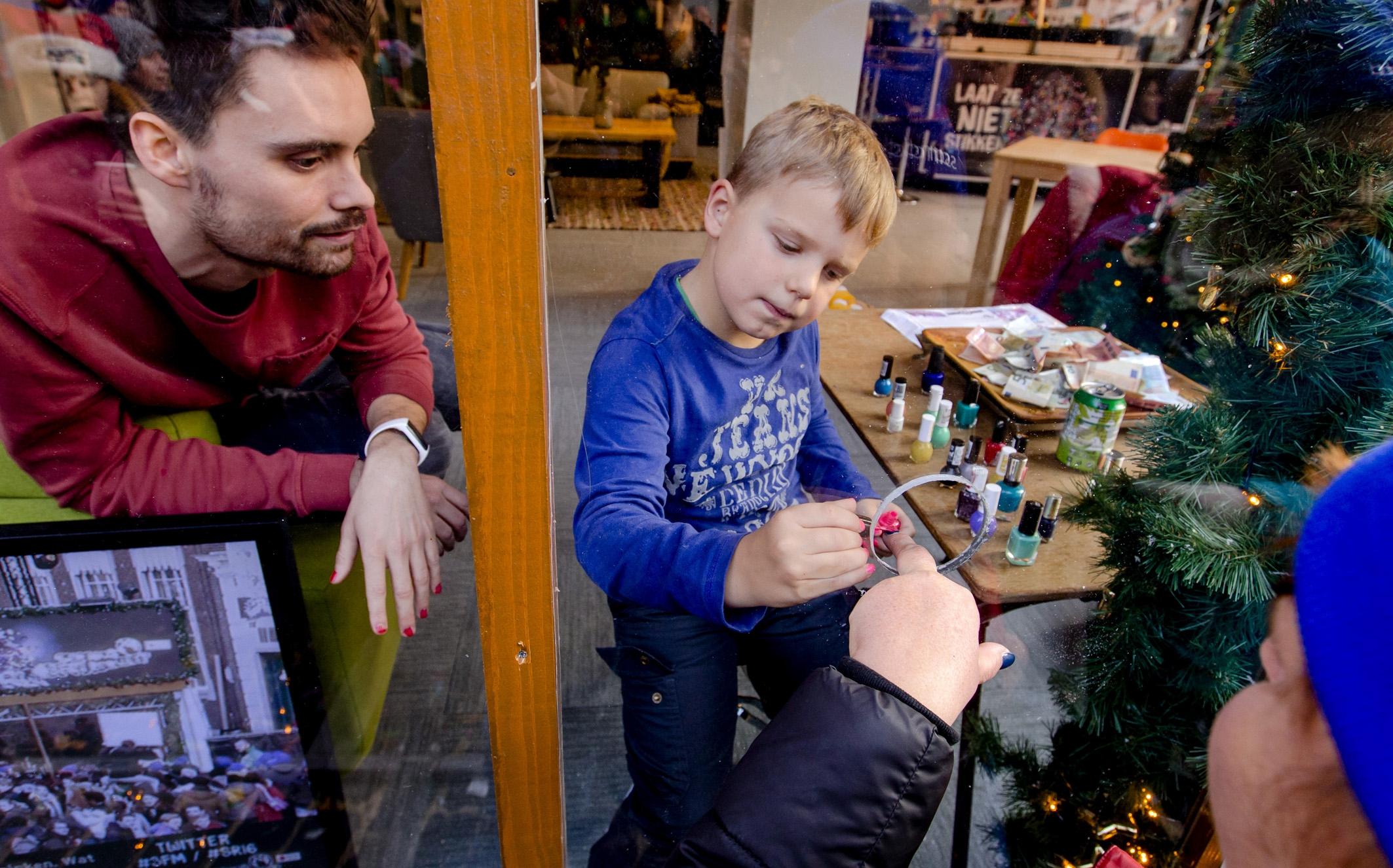 HARTVERWARMEND: Nederland laat nagels lakken door zieke Tijn