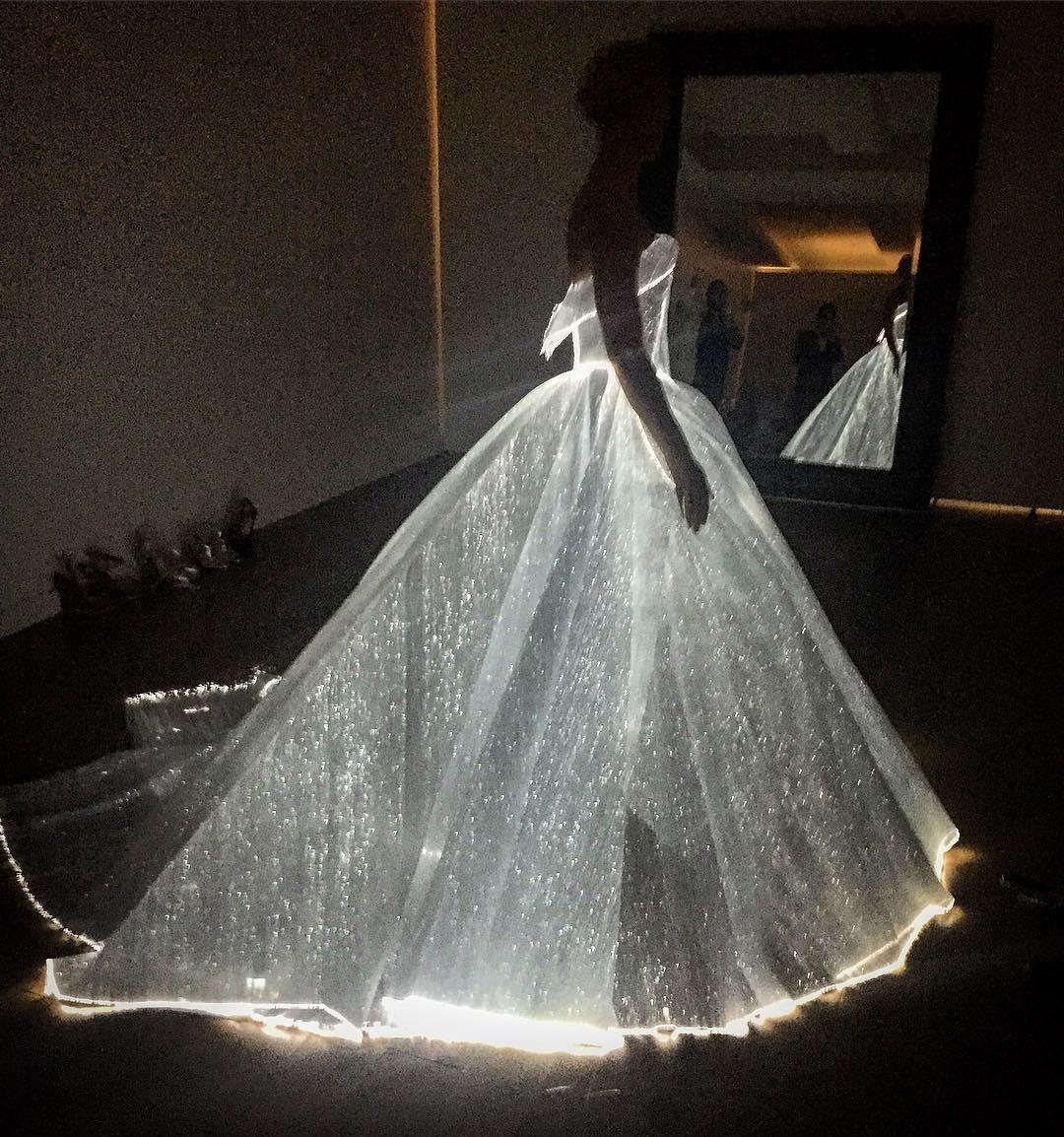 Video: Claire Danes schittert op het Met Gala in een lichtgevende jurk