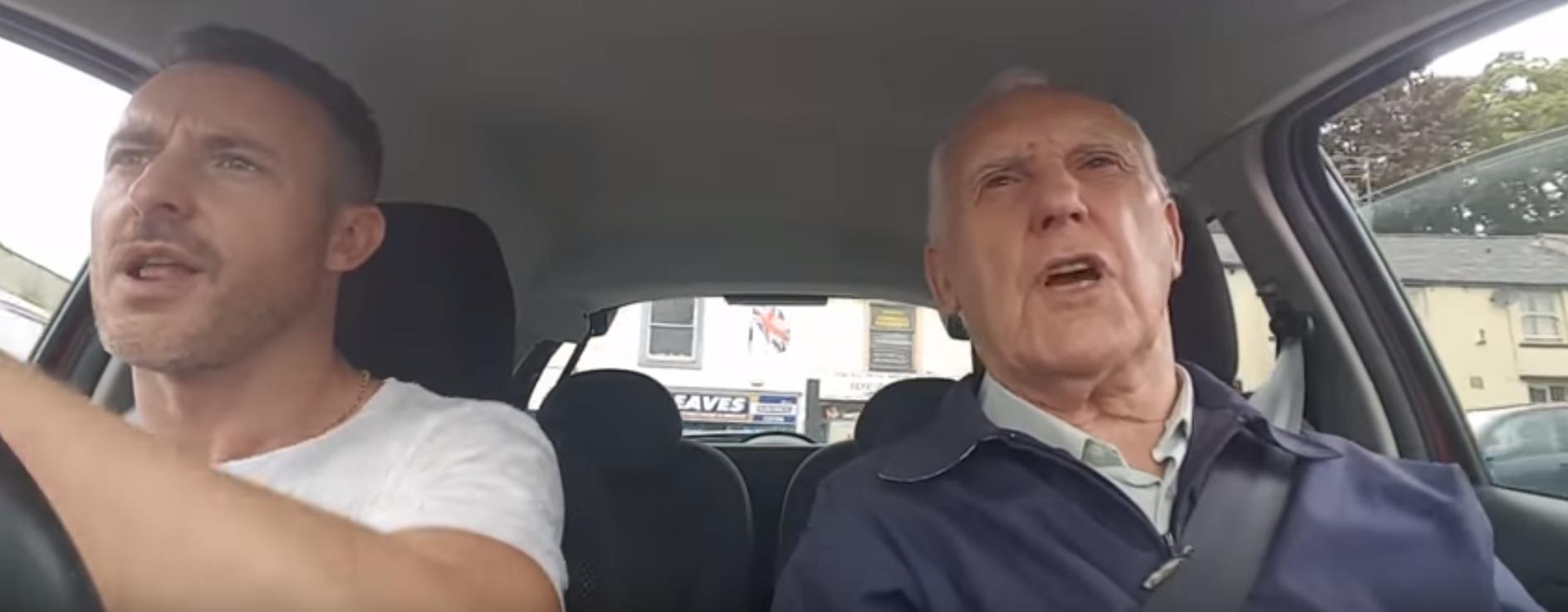 Video: Lief! Zoon zingt met zijn dementerende vader in de auto