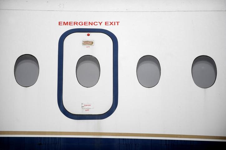 Waarom het je nóóit zal lukken de nooduitgang in een vliegtuig te openen