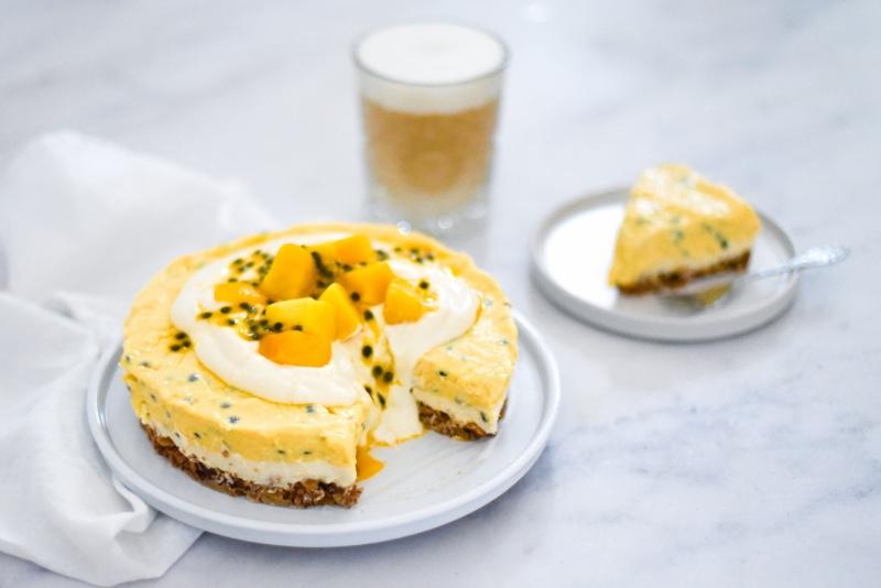 Granola-ontbijttaart met tropisch fruit en een plantaardige flat white