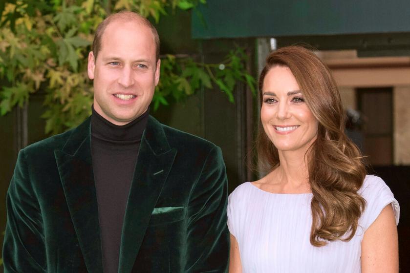 Iedereen is lyrisch over de velvet groene outfit van prins William: 'Is hij de nieuwe James Bond?'