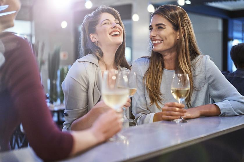 Spreuk van de week: De beste therapie is… een vriendin en een glas witte wijn